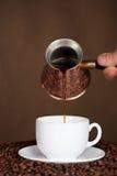 Caffè fresco di versamento. Immagini Stock