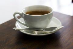 Caffè fresco in tazza bianca sulla tavola di legno Immagini Stock Libere da Diritti