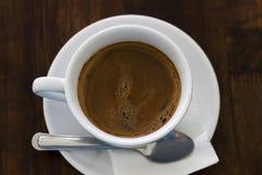 Caffè fresco in tazza bianca sulla tavola di legno Fotografia Stock
