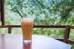 Caffè ghiacciato in caffetteria con sfondo naturale Fotografia Stock Libera da Diritti