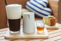 Caffè ghiacciato con latte e sciroppo Immagini Stock