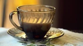 Caffè ghiacciato o latte in tazza di vetro 4k archivi video