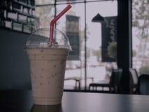 Caffè ghiacciato sulla tavola in caffè fotografia stock libera da diritti