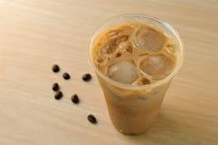 Caffè ghiacciato in tazza asportabile Fotografie Stock Libere da Diritti