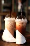 Caffè ghiacciato in tazze di plastica Fotografie Stock Libere da Diritti