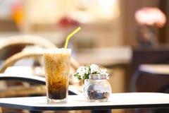 Caffè intenso sulla tavola di legno immagini stock