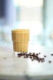 Caffè italiano con lo scattering dei chicchi di caffè arrostiti Fotografie Stock