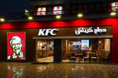 Caffè KFC nel distretto popolare di spettacolo e di acquisto di Naama Bay, vista di sera, Sharm el-Sheikh, Egitto fotografia stock