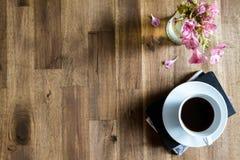 Caffè leggente e bevente fotografia stock