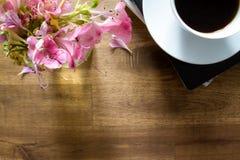 Caffè leggente e bevente fotografie stock