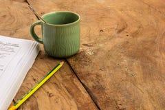 Caffè, libri, matita, legno, carta, cucchiaio fotografia stock libera da diritti