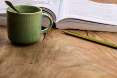 Caffè, libri, matita, legno, carta, cucchiaio fotografie stock