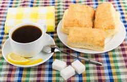 Caffè, limone e zucchero, piatto con i biscotti a fiocchi sulla tovaglia Immagini Stock