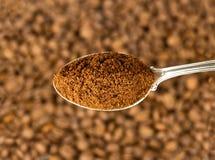 Caffè macinato in cucchiaio fotografie stock libere da diritti