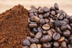 Caffè macinato del chicco di caffè e Fotografie Stock