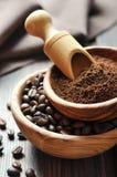 Caffè macinato e chicchi di caffè fotografia stock