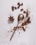 Caffè macinato e cucchiaio d'argento Fotografia Stock