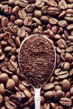 Caffè macinato in un cucchiaio fotografia stock libera da diritti