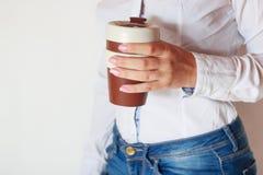 Caffè in mani della donna Fotografia Stock