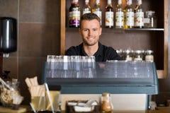 Caffè maschio astuto di At Counter In del barista Immagini Stock Libere da Diritti