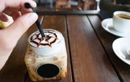 Caffè, moca ghiacciata del caffè sul fondo di legno della tavola in caffè Fotografia Stock