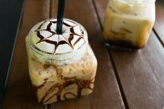 Caffè, moca ghiacciata del caffè sul legno della tavola in caffè Fotografie Stock