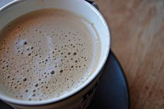 Caffè nella tazza a fondo di legno fotografia stock
