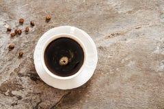 Caffè nero con i chicchi e lo zucchero di caffè Fotografia Stock Libera da Diritti