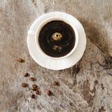 Caffè nero con i chicchi e lo zucchero di caffè Immagine Stock Libera da Diritti