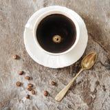 Caffè nero con i chicchi e lo zucchero di caffè Fotografie Stock
