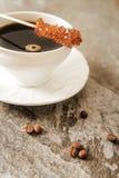 Caffè nero con i chicchi e lo zucchero di caffè Immagini Stock
