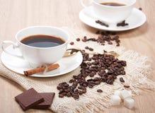 Caffè nero con il cioccolato e la cannella dello zucchero Immagine Stock