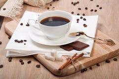 Caffè nero con il cioccolato e la cannella dello zucchero Immagini Stock
