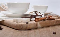 Caffè nero con il cioccolato e la cannella dello zucchero Fotografia Stock