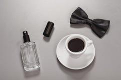 Caffè nero con un farfallino e un eau de toilette Fotografie Stock Libere da Diritti