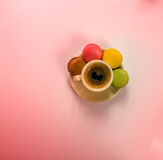 Caffè nero delizioso in una bella tazza ceramica con delizioso fotografia stock libera da diritti