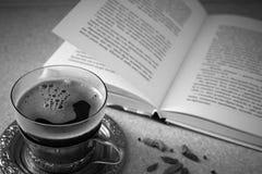 Caffè nero e libro immagini stock libere da diritti