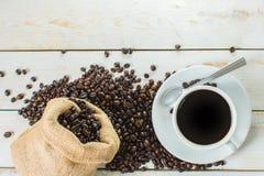 Caffè nero e sacco dei chicchi di caffè fotografia stock