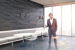Caffè nero interno, sofà grigi, uomo, doppio Fotografia Stock Libera da Diritti