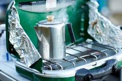 Caffè o acqua che bolle su un bruciatore immagini stock