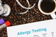 Caffè o caffeina come allergene per gli esseri umani Il risultato della prova di allergia si trova nel fondo con i chicchi di caf Fotografia Stock Libera da Diritti