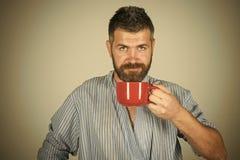 Caffè o tè di mattina della bevanda dell'uomo Mattina perfetta con caffè Immagine Stock