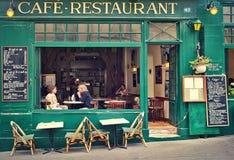 Caffè parigino tipico. Fotografia Stock