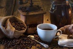 Caffè in prima colazione dell'insieme su tabel di legno Fotografia Stock