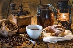 Caffè in prima colazione dell'insieme su tabel di legno Immagini Stock
