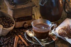 Caffè in prima colazione dell'insieme su tabel di legno Fotografie Stock Libere da Diritti