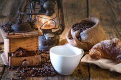 Caffè in prima colazione dell'insieme su tabel di legno Fotografia Stock Libera da Diritti