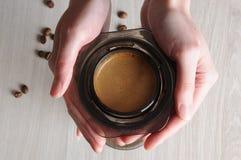 Caffè professionale che fa i aeropress del caffè Fotografie Stock Libere da Diritti
