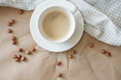 Caffè ricco di noci caldo di mattina su una carta grigia del mestiere e del tovagliolo fotografie stock libere da diritti