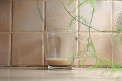 Caffè rimanente in una tazza di vetro immagini stock